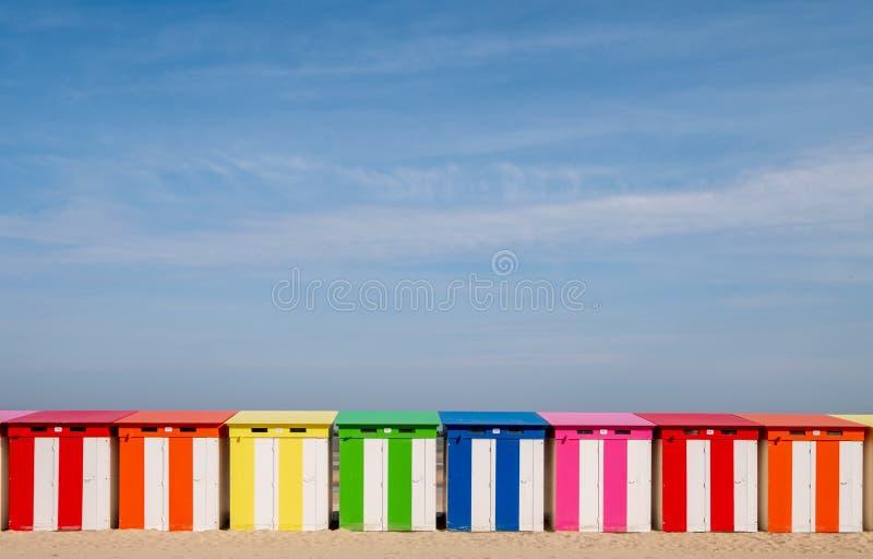 Duinkerke, Frankrijk: Rij van helder gekleurde gestreepte strandhutten op de overzeese voorzijde bij strand malo-Les-Bains in Dun royalty-vrije stock afbeelding