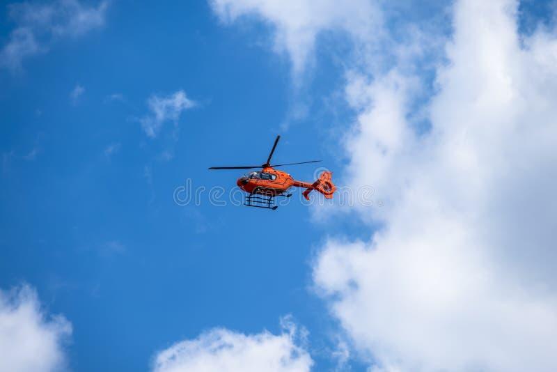 Duisburg, Germania - 17 luglio 2018: Elicottero rosso Christoph 9 di salvataggio di aria che vola nel cielo blu - traduzione: Ari immagine stock