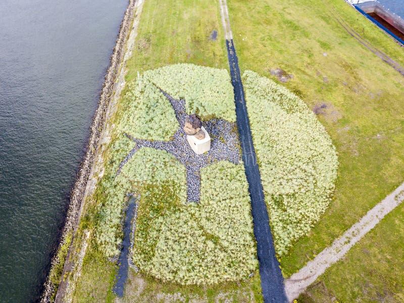 Duisburg Niemcy, Październik, - 03 2017: Rzeźby echo Poseidon tworzący Markus Lueppertz jest powitaniem zdjęcia royalty free