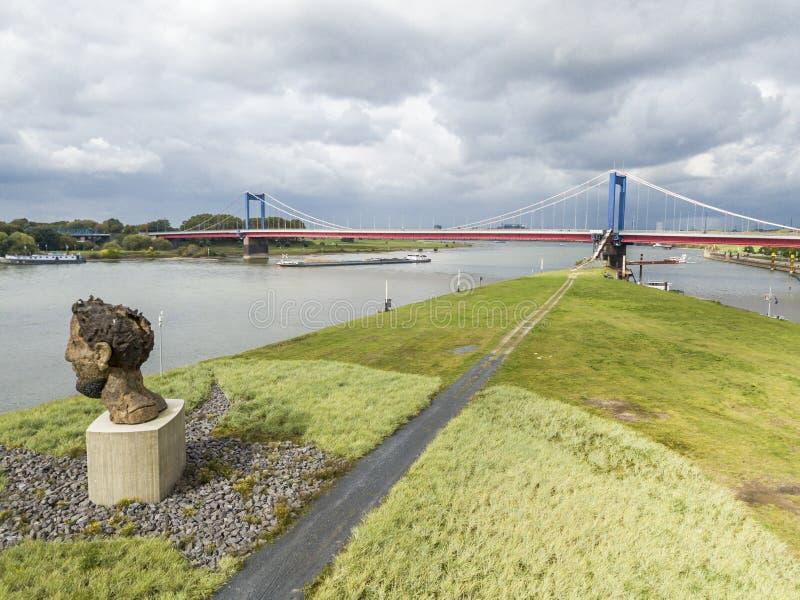 Duisburg Niemcy, Październik, - 03 2017: Rzeźby echo Poseidon tworzący Markus Lueppertz jest powitaniem obraz royalty free