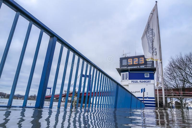 Duisburgo, Alemania - 8 de enero de 2017: La filigrana de la inundación está sobre 9 metros fotos de archivo