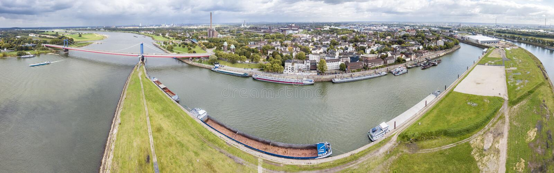 Duisburgo, Alemania - 3 de octubre de 2017: El puente de Friedrich-Ebert está conectando Ruhrort y Homberg fotos de archivo libres de regalías