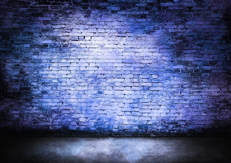 Duistere bakstenen muur in blauw royalty-vrije stock afbeelding