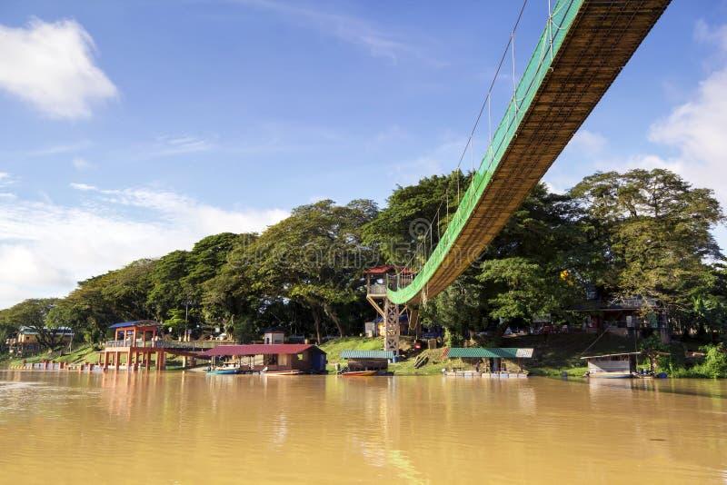 Duistere wateren waar rivier twee samenkomt stock fotografie