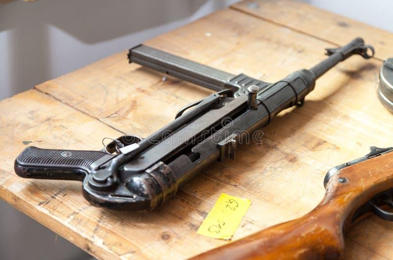Duits automatisch pistool op een lijst royalty-vrije stock fotografie