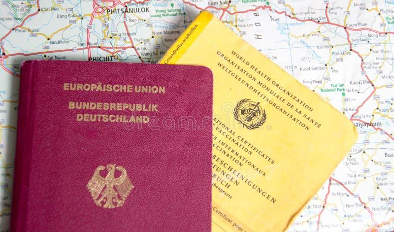 Duits paspoort en Certificaat van inenting stock afbeelding