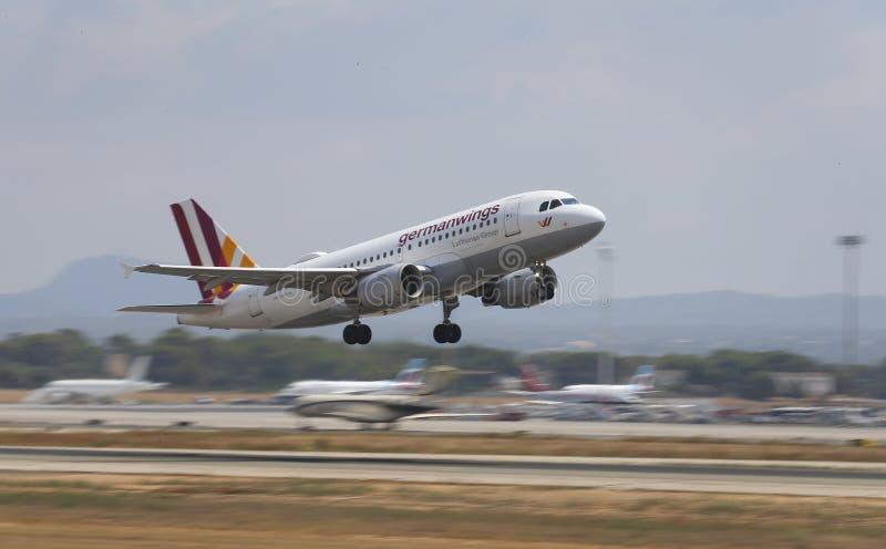 Duits vleugelslijnvliegtuig die van de luchthaven van Mallorca opstijgen stock fotografie