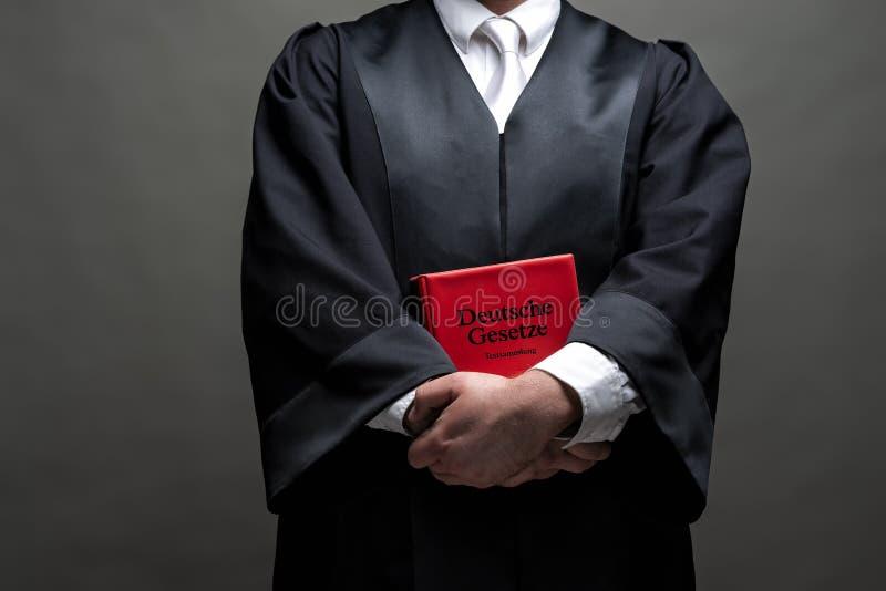 Duitse advocaat met een robe en een boek royalty-vrije stock afbeelding