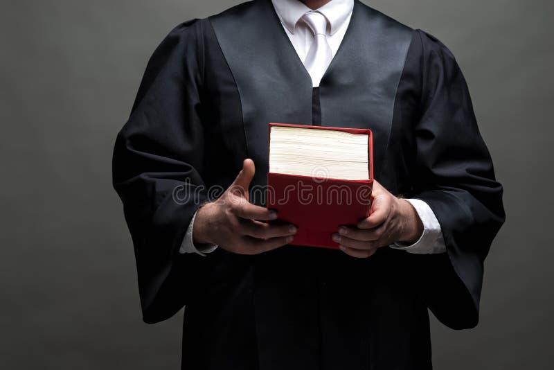 Duitse advocaat met een robe en een boek stock afbeelding