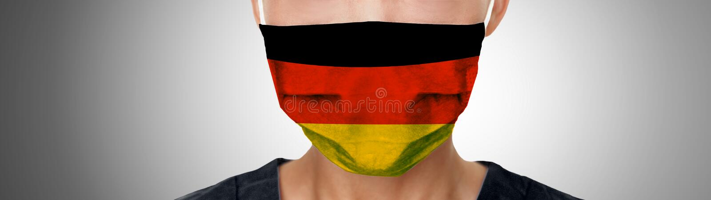 Duitse COVID-19 maskervlag op PPE-arts die panoramische spandoek draagt Uitbraak van de Coronavirus-pandemie in Duitsland stock afbeelding