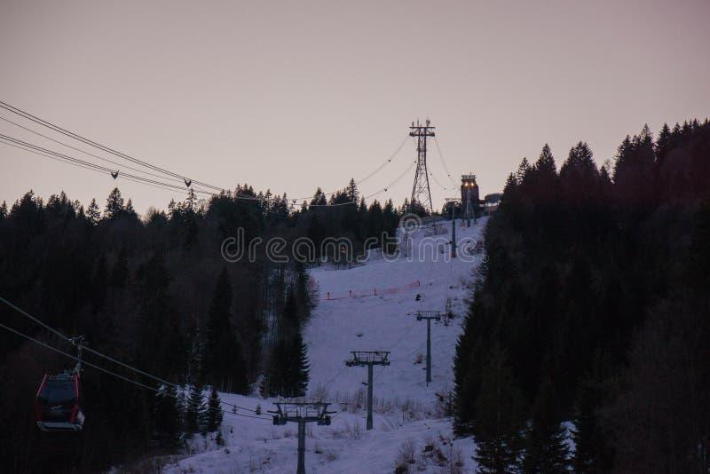 Duitse die de bergbovenkant van alpen in de winterski bij schemer in werking wordt gesteld stock afbeeldingen