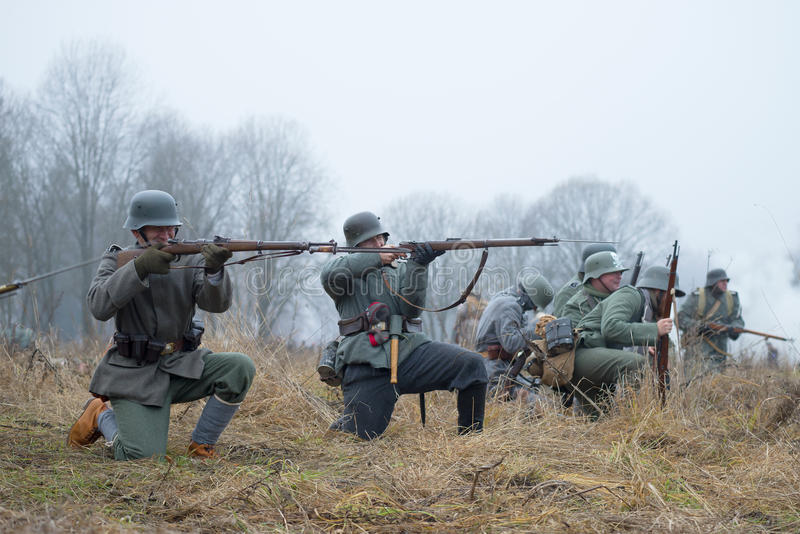 Duitse infanterie tijdens de Eerste Wereldoorlog in slag Internationaal militair-historisch festival stock foto