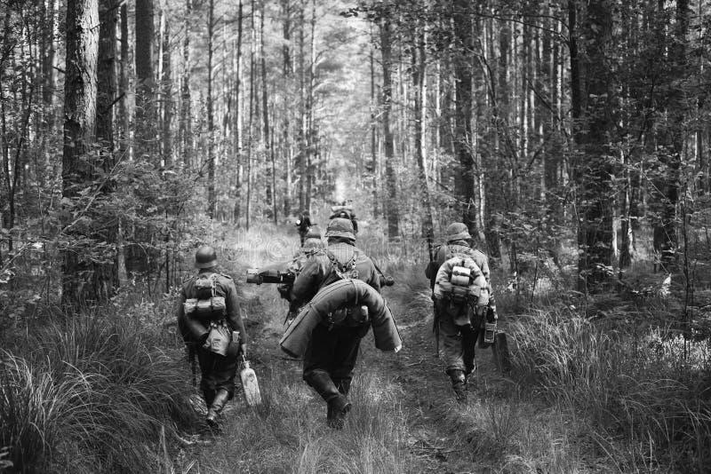 Duitse Infanteriemilitairen in Wereldoorlog II Marcheren die lopen stock afbeeldingen