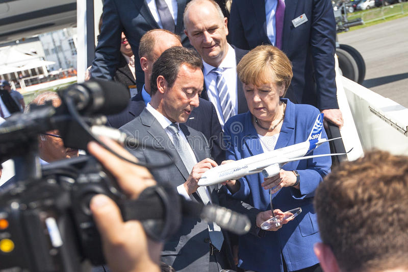 Duitse Kanselier Angela Merkel kijkt modelvliegtuigluchtbus A350 XWB tijdens openstelt de Internationale luchtvaart en de ruimtet royalty-vrije stock afbeeldingen