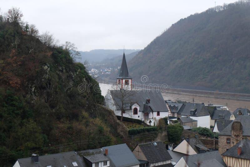 Duitse Kerk met Kerkhof in Alken stock afbeelding