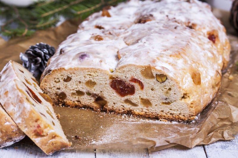 Duitse Kerstmiscake Stollen met droge vruchten en noten royalty-vrije stock foto