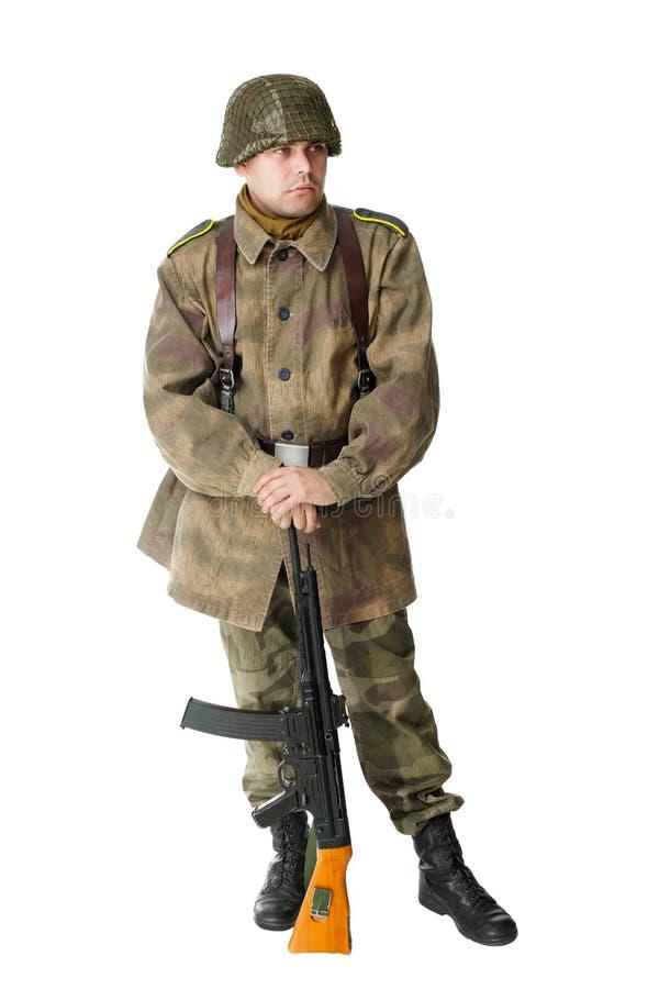 Duitse militair met machinepistool die op witte achtergrond wordt geïsoleerde royalty-vrije stock fotografie
