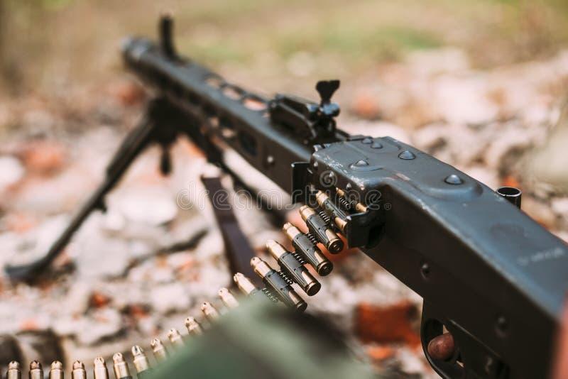 Duitse militaire munitie - machinegeweer van Wereldoorlog II op grondgeul stock afbeelding