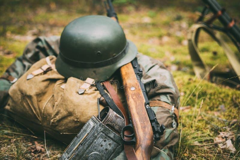 Duitse militaire munitie van Wereldoorlog II op grond Militair h stock fotografie