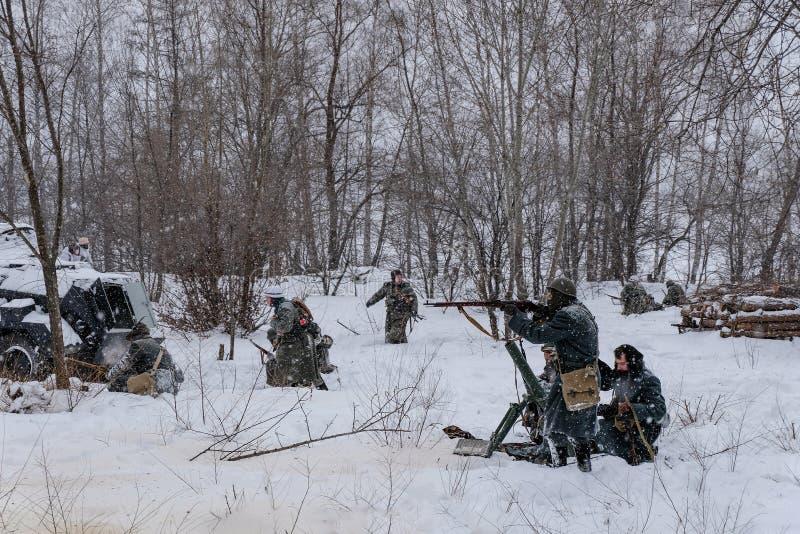 Duitse militairen met kanonnen in de winterwederopbouw van Wereldoorlog 2 stock afbeelding