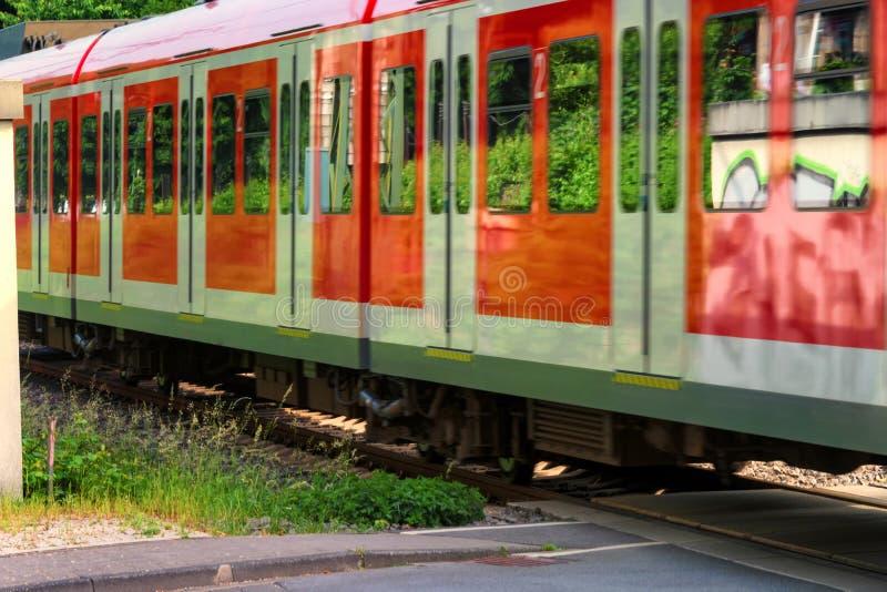 Duitse passen s-Bahn langs royalty-vrije stock fotografie