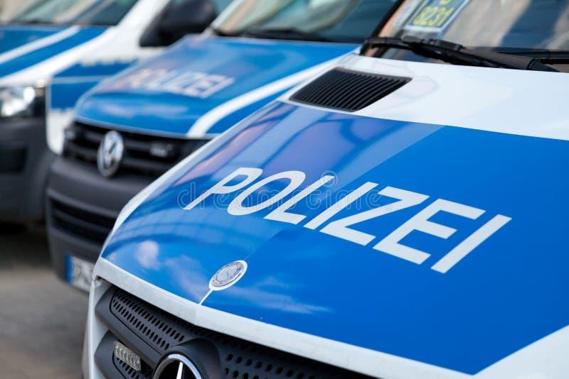 Duitse politiewagenstribunes op luchthaven royalty-vrije stock afbeeldingen