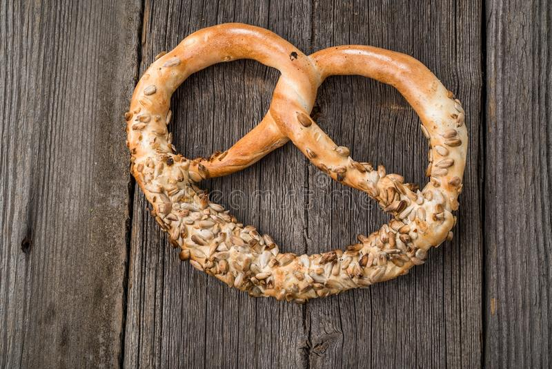 Duitse pretzels op houten lijst stock foto's