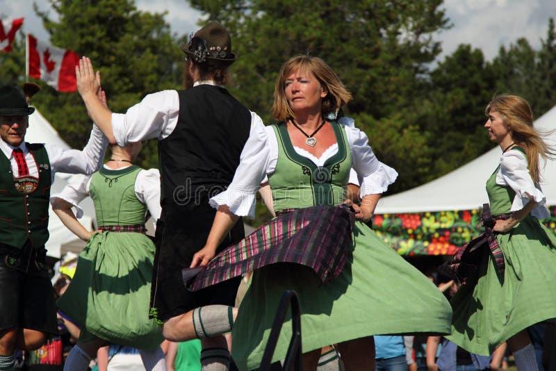 Duitse traditionele dansers royalty-vrije stock fotografie