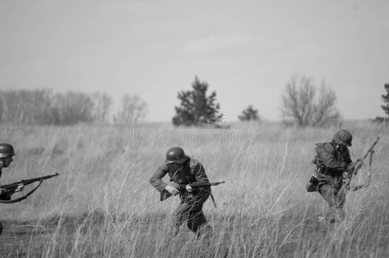 Duitse troepenterugtocht onder de druk van Sovjettroepen Wederopbouw van vijandigheden 2018-04-30 Samara Region, Rusland stock afbeeldingen
