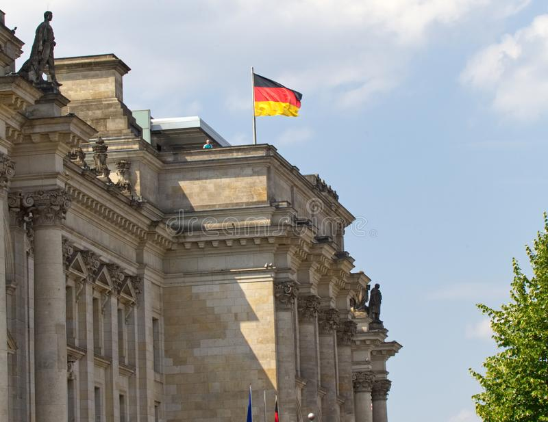Duitse vlag bovenop Reichstag royalty-vrije stock foto