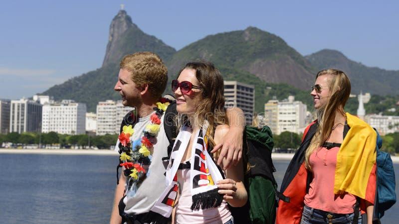 Duitse vrienden die in Rio de Janeiro reizen die Duitse vlag houden. stock foto