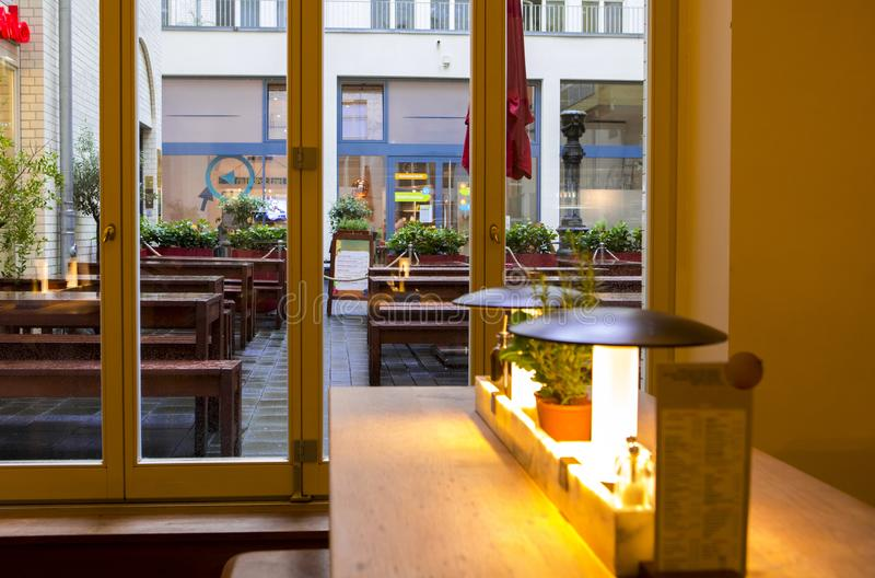 Duitsland Berlijn, het Italiaanse restaurant, het buffetrestaurant, de binnenlandse ontwerp elegante en warme, moderne manier zij royalty-vrije stock afbeeldingen