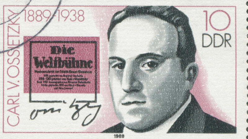 DUITSLAND - CIRCA 1989: een zegel in Duitsland wordt gedrukt toont Carlvon Ossietzky, circa 1989 die stock fotografie