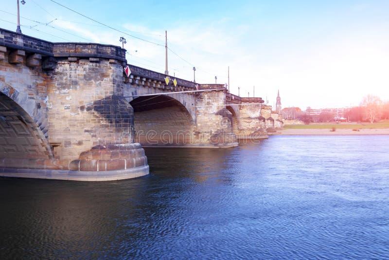 Duitsland, Dresden, 01 02 2014 Het panorama van de de stadshorizon van Dresden in Elbe Rivier en Augustus Bridge, Dresden, Saksen royalty-vrije stock fotografie