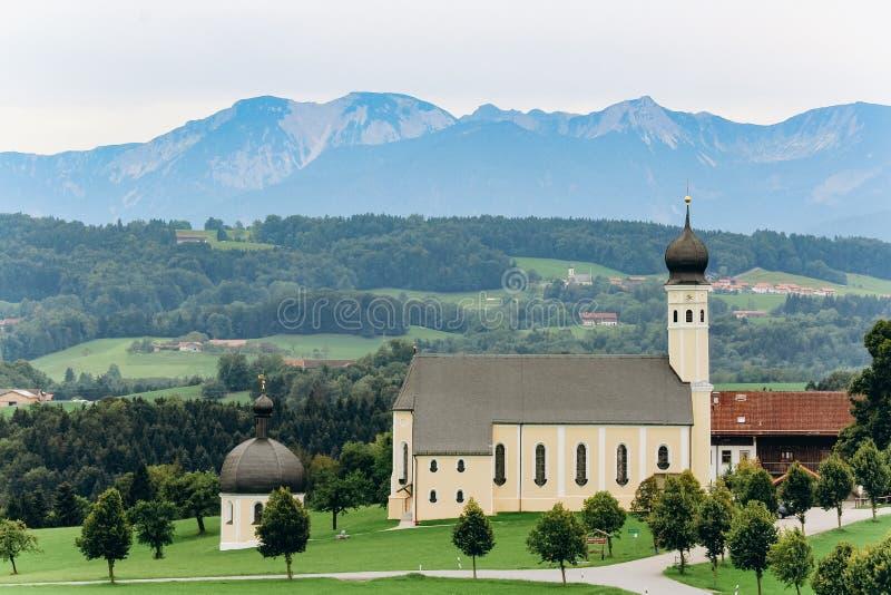 Duitsland, München - September 02, 2013 Toneelberglandschap in de Beierse Alpen met beroemde Parochie binnen Kerk van St Sebastia stock fotografie