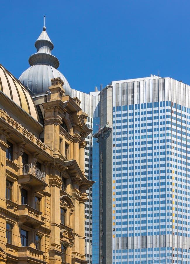 Duitsland-Oude en nieuwe het contrastgebouwen van Frankfurt-am-Main stock foto's