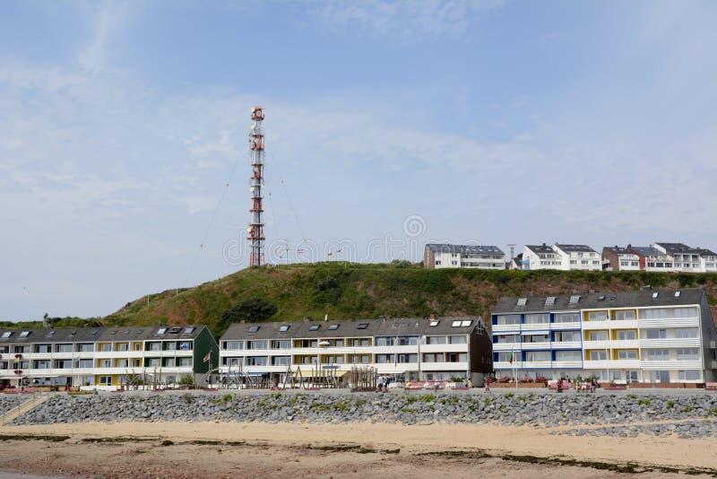 Duitsland, Sleeswijk-Holstein, Heligoland, Noordzeekust, Huizen en communicatie toren royalty-vrije stock fotografie
