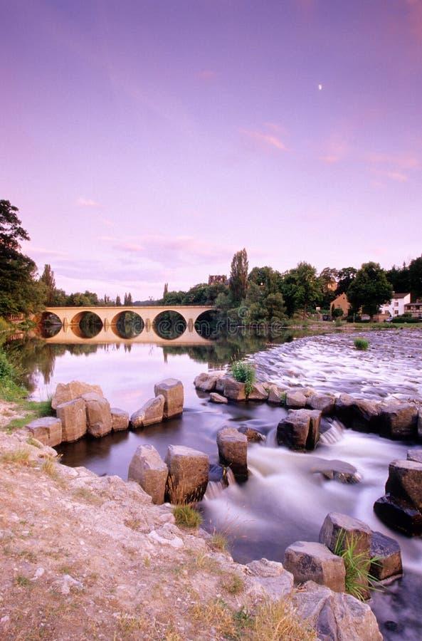 Duitsland, Thuringia, Saalfeld, Brug over Saale-rivier stock foto