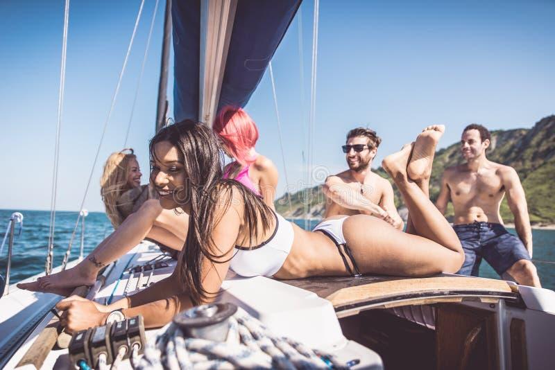 Duivels die pret op een zeilboot hebben stock afbeeldingen