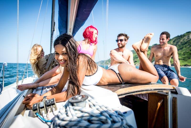 Duivels die pret op een zeilboot hebben royalty-vrije stock foto