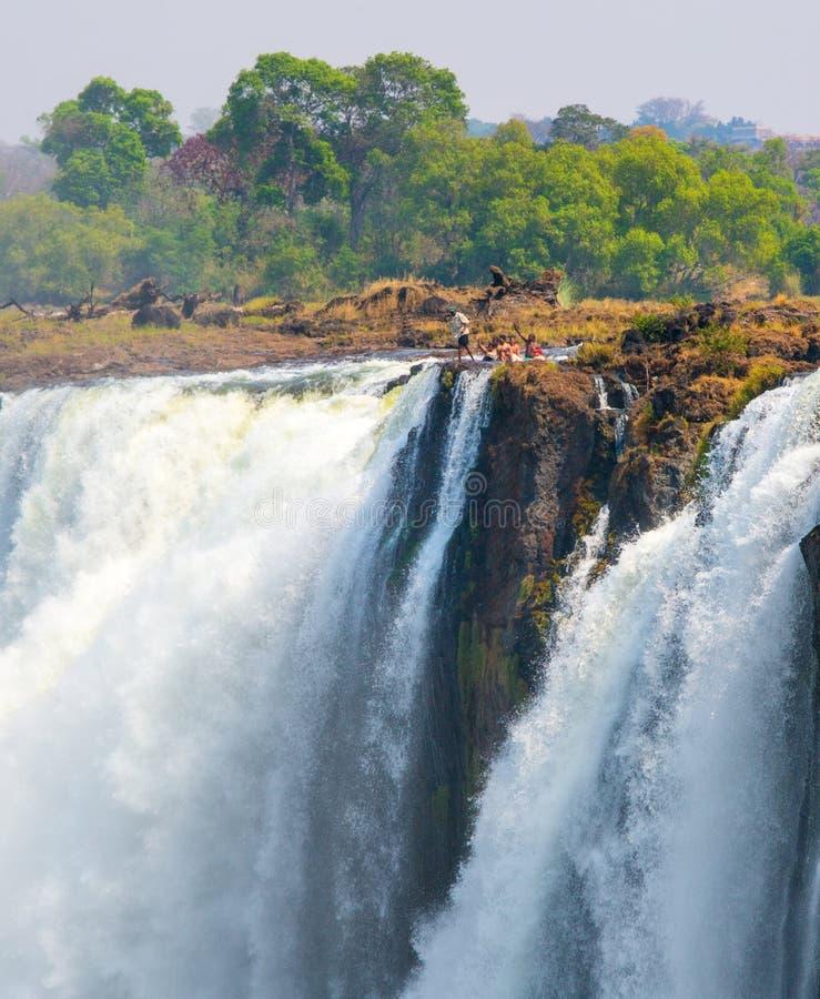 Duivelspool op de rand van Victoria Falls met mensen het baden stock foto's