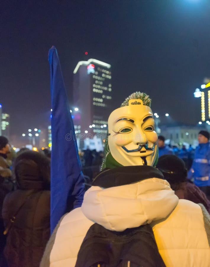 Duizend mensen marcheerden door het Roemeense kapitaal op Woensdag nacht om het overheids` s plan te protesteren om duizenden van stock foto