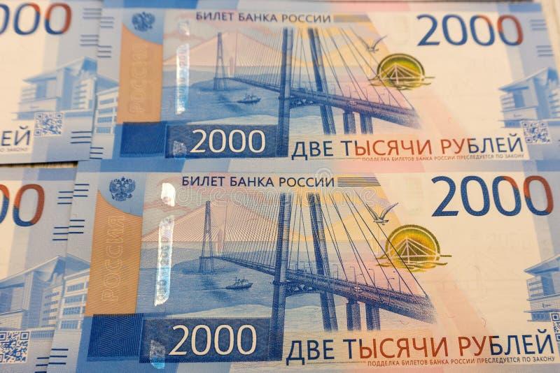 Duizend roebelsbankbiljetten op de drooglijn tegen de blauwe hemel Witwassen van geldconcept royalty-vrije stock foto's