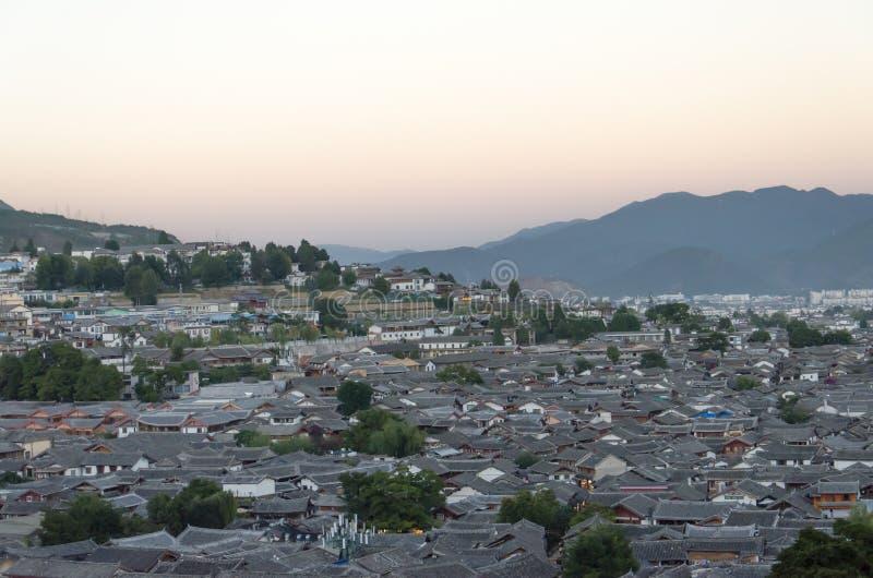 Duizend van het oude dak van stadslijiang stock foto