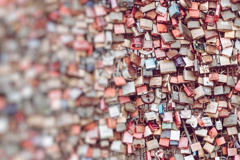 Duizenden liefdesloten die de liefjes aan de Hohenzollern-Brug sluiten om hun liefde te symboliseren Selectieve nadruk royalty-vrije stock foto