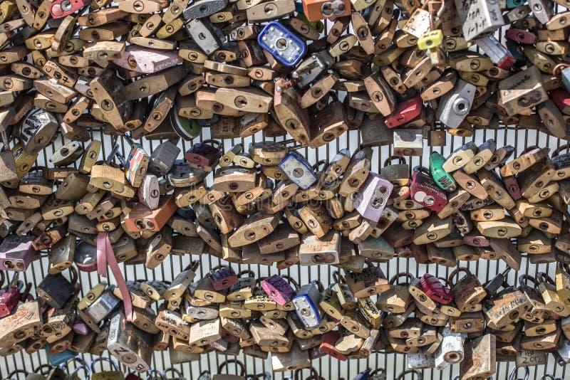 Duizenden sloten aan een omheining worden gesloten die royalty-vrije stock afbeeldingen
