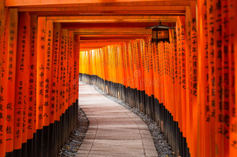 Duizenden toriipoorten bij het Heiligdom van Fushimi Inari in Kyoto royalty-vrije stock foto