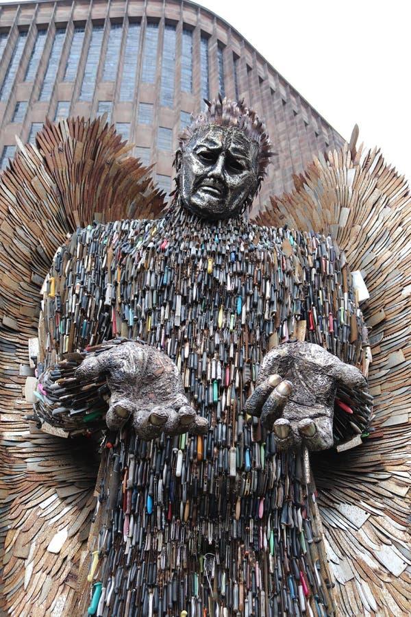 Duizenden van de messenengel gevaarlijke die messen worden gebruikt om een kathedraal van standbeeldcoventry te maken royalty-vrije stock afbeelding