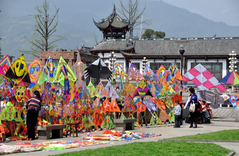 Dujiangyan, China: Papagaios coloridos fotografia de stock