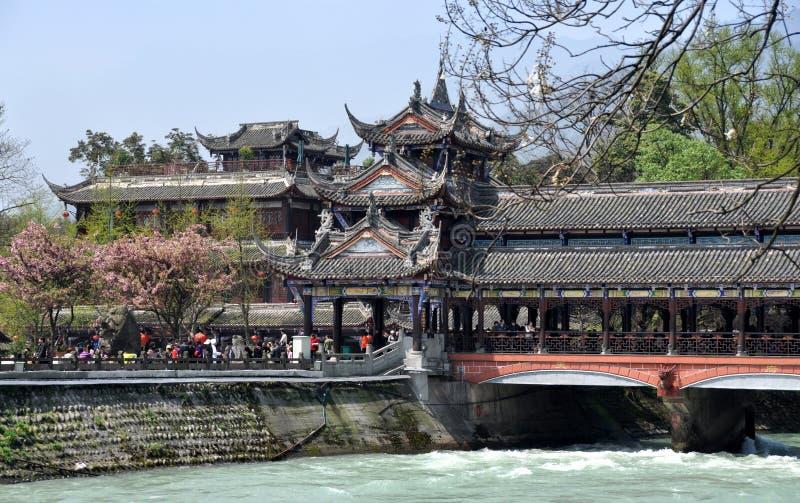 Dujiangyan, China: Ponte de Nan Qiao fotografia de stock